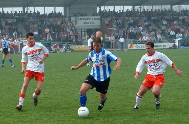 Arnold Reinders (links) en Michael van der Laan zetten Hendrik van Beelen onder druk